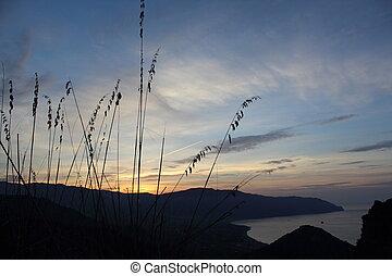 Tramonto lontano - tramonto in lontananza sul mare dalla...