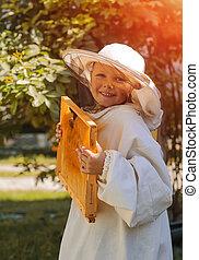 joven, apicultor, niño, tenencia, marco, de, Panal