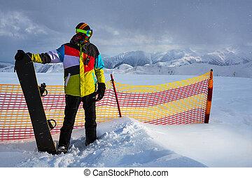 Snowboarder next to partition grid safety - Snowboarder next...