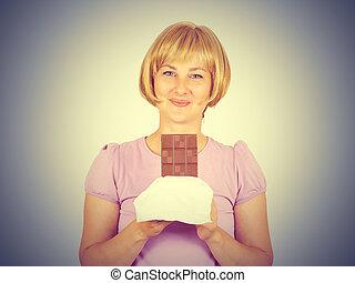 Retrato, de, jovem, mulher, comer, chocolate, embora