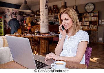 mujer, trabajando, Hablar, cuaderno,  café, teléfono