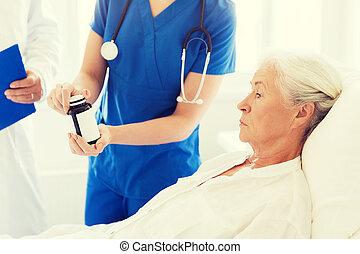 doctor, Dar, Medicina, a, 3º edad, mujer, en, hospital