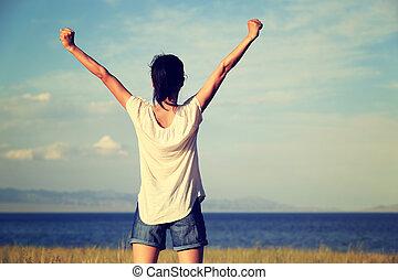 bonito, mulher, jovem, braços, alegrando, abertos, paisagem