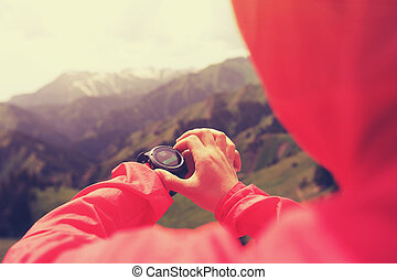 joven, mujer, excursionista, verificar, el, altímetro, en,...