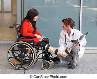 mulher, perna, gesso, doutor, cadeira