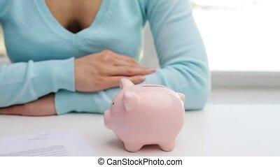 kobieta, Kładzenie, jeden, Euro, pieniądz, do, świnka,...