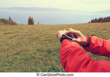 excursionista, verificar, el, altímetro, en, deportes,...