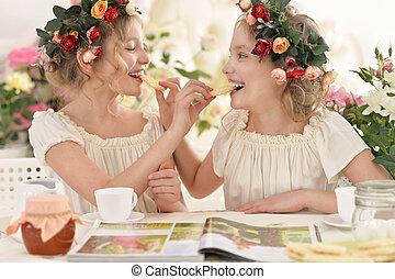tweenie girls in wreaths with magazine - Cute tweenie girls...