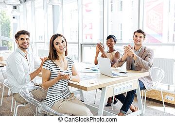 feliz, joven, empresa / negocio, gente, aplaudiendo, en,...