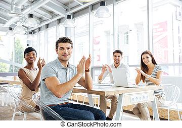 sonriente, joven, empresa / negocio, gente, aplaudiendo,...