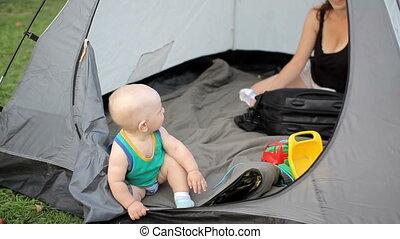 Mother and beautiful toddler igratyut a large palatkye on...