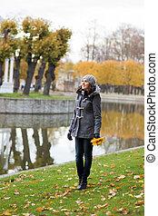 joven, y, hermoso, niña, Posar, en, un, otoño, parque