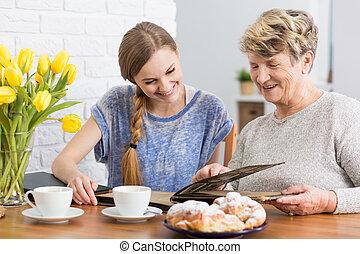 Semejanza, entre, joven, mujer, y, ella, abuela