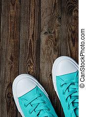 azul, zapatillas, en, de madera, superficie