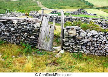 puerta en ruinas