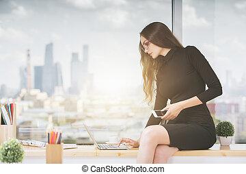 Utilizar, computador portatil, mujer, alféizar