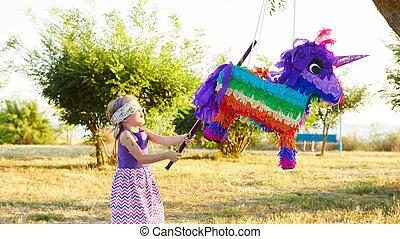 Al aire libre, joven, golpear, fiesta, niña,  piñata