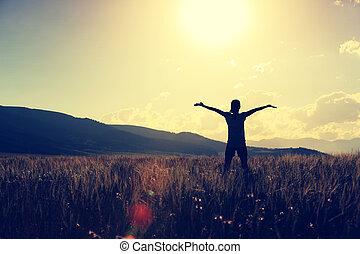 mulher, jovem, braços, alegrando, gramado, abertos