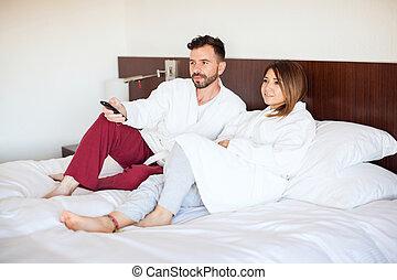 tv, loro, coppia, letto, osservare