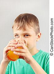 Menino, pequeno, cítrico, suco, fresco, bebendo, loiro