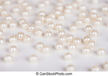 Scattering of fake pearls on a light surface