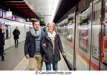 subterrâneo,  Sênior, par, esperando, plataforma