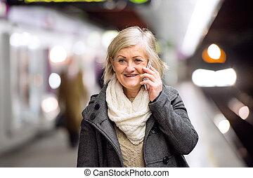 mulher, falando, plataforma, telefone, subterrâneo,  Sênior