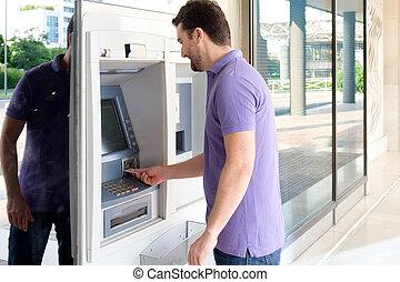 seine, geldautomat, Bargeld, Kredit, entziehung, gebrauchend, Karte, Mann