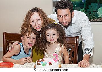 família, celebrando, criança, aniversário