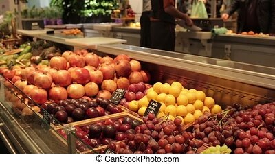 Counter with pomegranates and plums - Overview storefront...