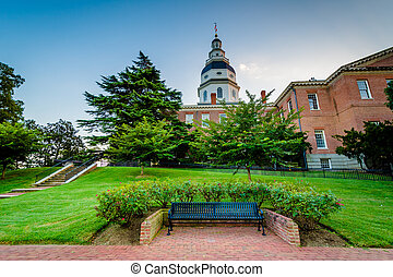 Bench and the Maryland State House, in Annapolis, Maryland.