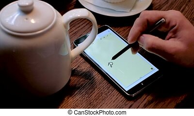 Man writes do not forget text on the smart phone screen...