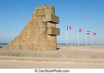 D-day memorial sculpture on Omaha Beach - D-day memorial...