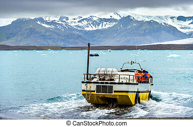 Amphibious vehicle in Jokulsarlon glacier lagoon - Iceland -...