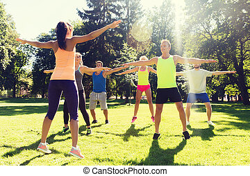 amigos, feliz, grupo, ejercitar, Aire libre