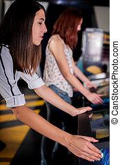 joven, mujer, juego, en, el, flipper, máquina