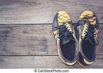 viejo, fútbol, zapatos, en, gris, de madera, tablón