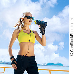 Young, beautiful, sporty and fit girl drinking water - Fit,...