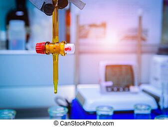 bureta, llenado, con, amarillo, líquido, en, laboratorio
