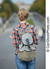 步行, 背包, 年輕, 下來, 街道, 學生, 女孩