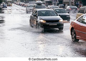 どしゃ降り, 運転, あふれられる, 自動車, 後で, 水たまり, 道