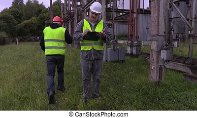 Electricians take instruction before launch work