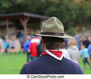 grande, campaña, sombrero, explorador, pañuelo, líder