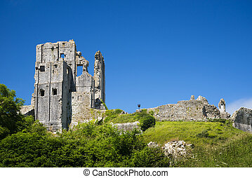 Bright blue skies over Purbeck Hills above Corfe Castle -...