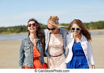 grupo, sonriente, playa, gafas de sol, mujeres