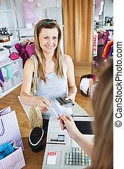 simpático, joven, mujer, compra, ropa, ella, tarjeta