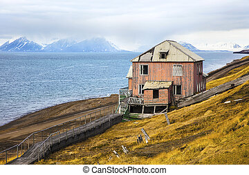 Abandoned house in the harsh arctic nature at summer -...