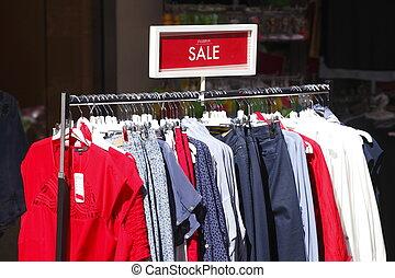T-Shirts - Bunte Kleidung auf Kleiderbügeln, Deutschland,...