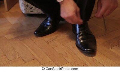 Man ties shoelaces watch HD