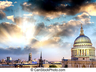 London at dusk. Magnificence of St Paul Cathedral